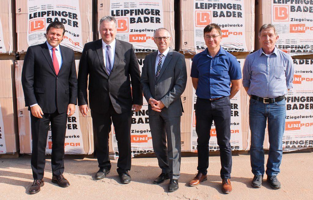 Landrat Richard Reisinger (Zweiter von links) und Markus Graf (Zweiter von rechts), Fraktionsvorsitzender der CSU im Stadtrat von Vilseck, informierten sich bei LB-Chef Thomas Bader (links), Prokurist Paul Simmerbauer (Mitte) und Werkleiter Robert Hussenether (rechts) über die steile Entwicklung des Ziegelwerks in Schönlind.