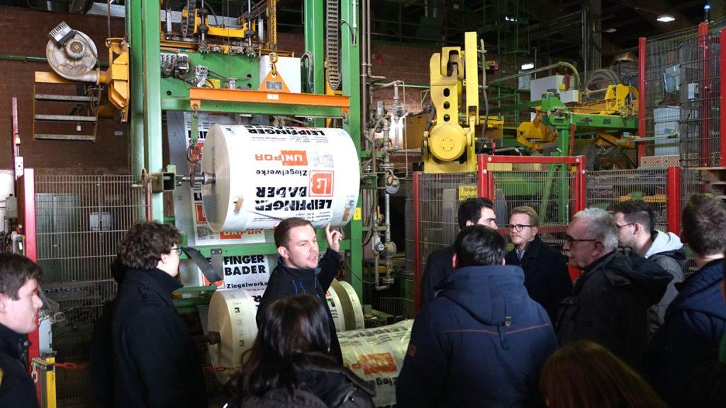 Felix Graf (Mitte), stellvertretender technischer Betriebsleiter des LB-Werks Vatersdorf, führte das Fachpublikum durch die Ziegelherstellung.